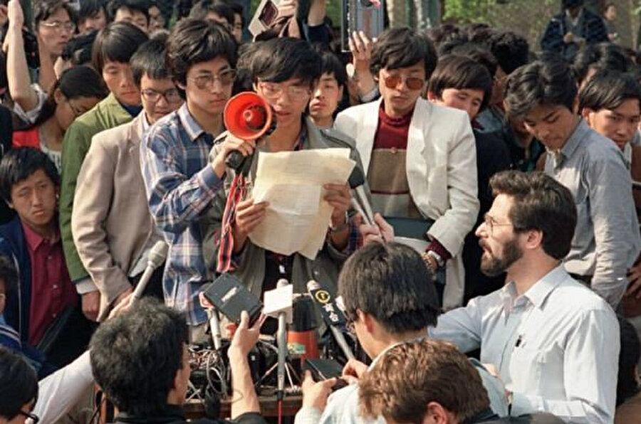 Öğrenci lideri protesto sırasında basın mensuplarına açıklama yapıyor.