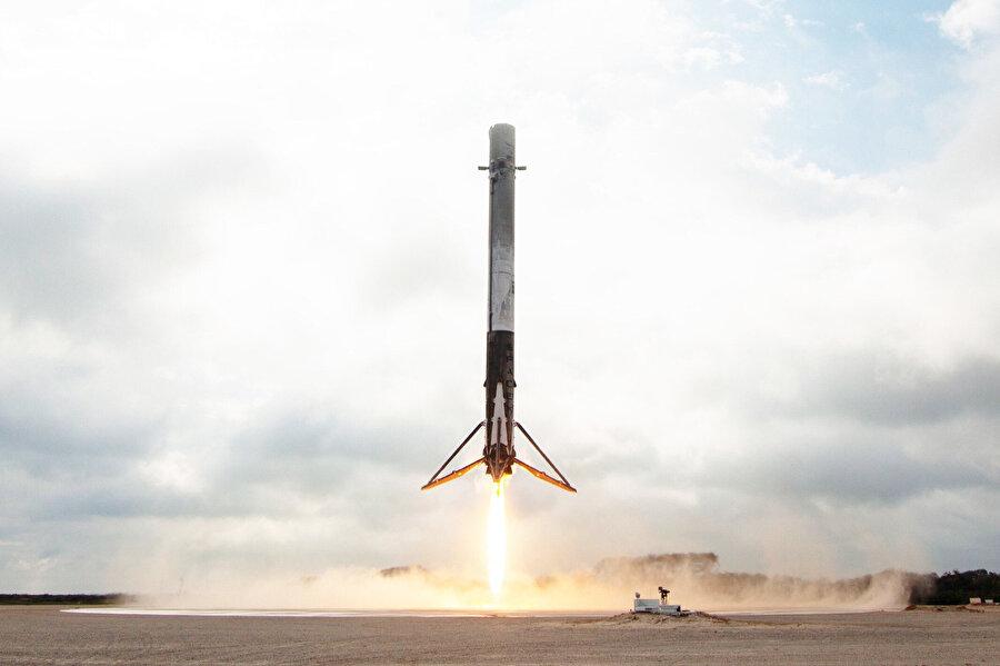 SpaceX, Falcon roketleriyle dünyanın en iddialı uzay oluşumu olma yolunda ilerliyor. NASA'dan daha ilerici adımlar atıldığı düşüncesi, SpaceX için 'ilerici' bulunuyor.