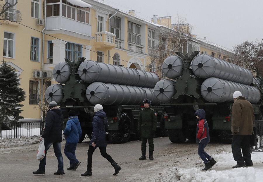 S-400'lere bakan Rus vatandaşları.