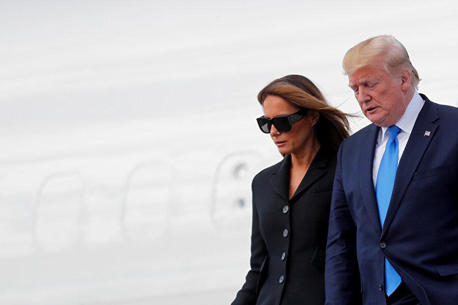 ABD Başkanı Donald Trump ve eşi Melania Trump uçaktan indikleri sırada görünüyor.