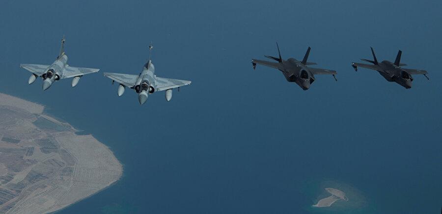 F-35'ler Mirage 2000s'lerin eşlik ettiği görünüyor.