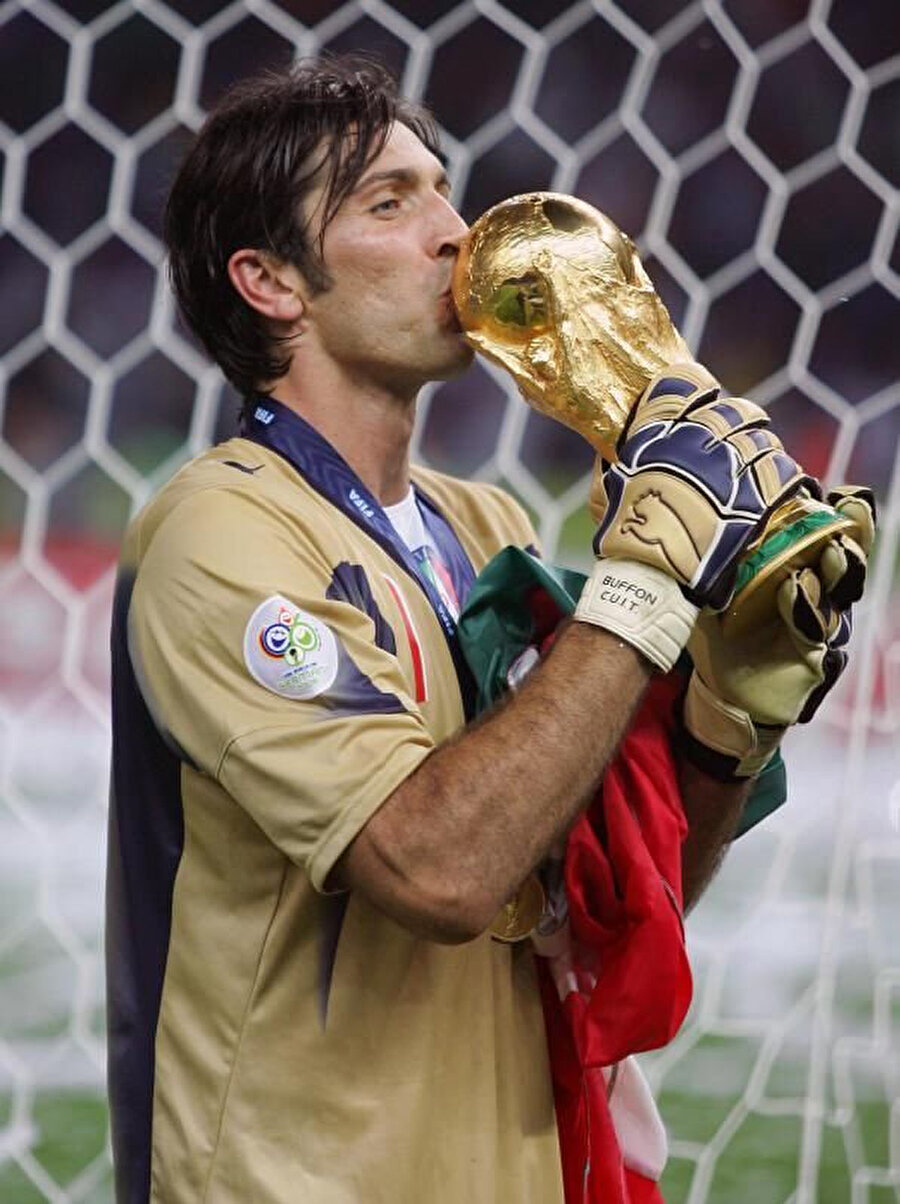 Buffon, 2006'da kazandığı Dünya Kupası'nı öpüyor.