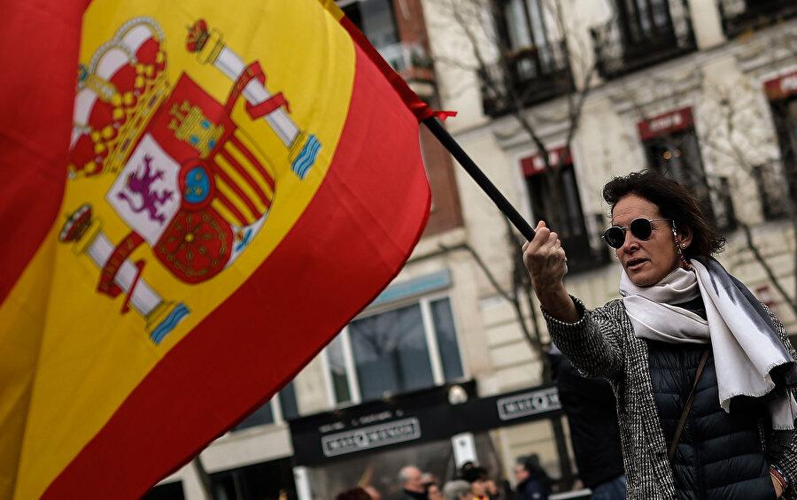 Madrid'deki Colon meydanında toplanan binlerce kişi, ellerinde İspanyol bayrağı ile Katalonya'daki ayrılıkçı girişimlere karşı 'artık yeter' mesajı vermişti.