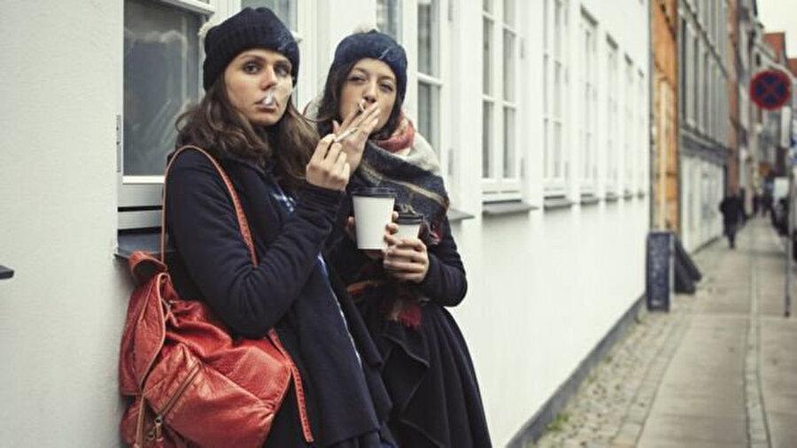 Dünyada kadınların erkeklere oranla daha çok sigara içtiği tek ülke Danimarka. Ülkede kadınların yüzde 19,3'ü, erkeklerin yüzde 18,9'u düzenli olarak sigara yakıyor.