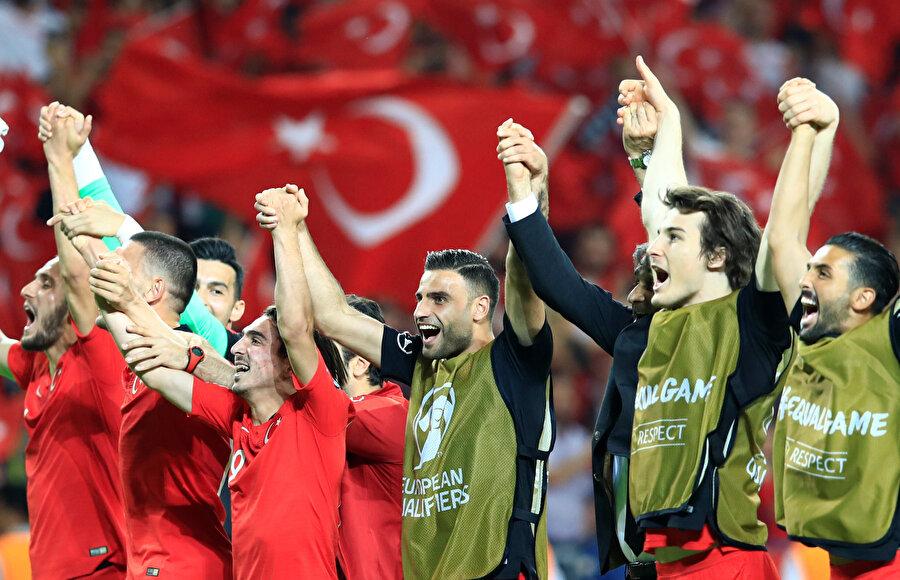 Milli futbolcular, Konya'da tribünleri selamlıyor.