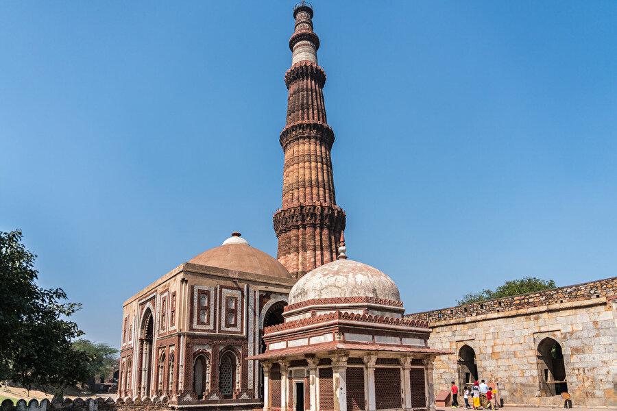 Kutbettin Aybek tarafından yapımına başlanan, Şemseddin İltutmuş, tarafından tamamlanan dünyanın en yüksek (72,59 m.) ve en güzel minaresi kabul edilen Delhi'deki Kutub Minar.