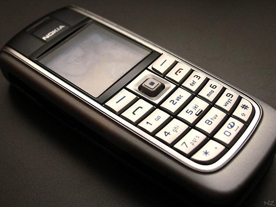 Rakip şirketlerin yenilik hamlelerini neredeyse hiç 'umursamayan' Nokia, kendi bildiği yolda ilerledi, yeniliklerden uzak kaldı.