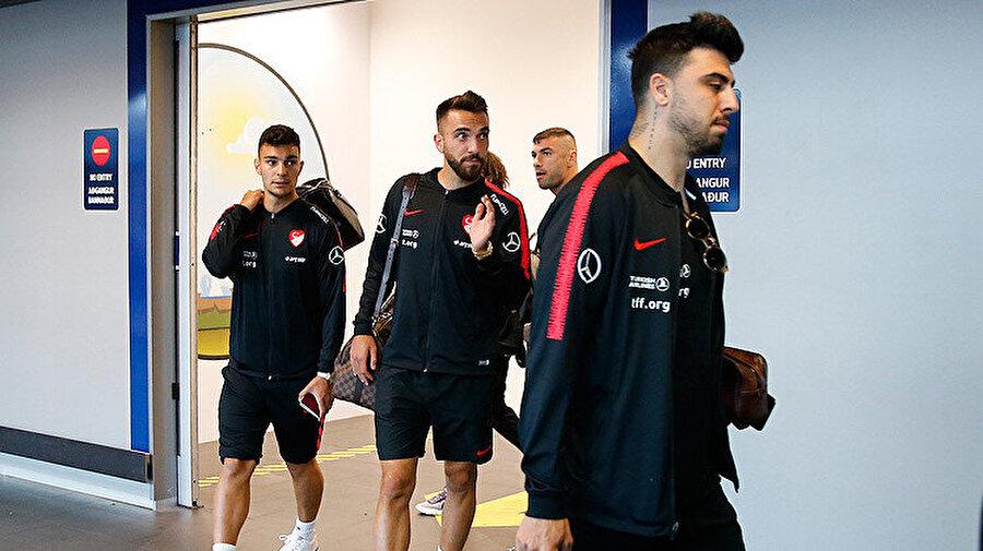 Futbolcularımız havalimanından ayrılmak üzere hareket ediyor.