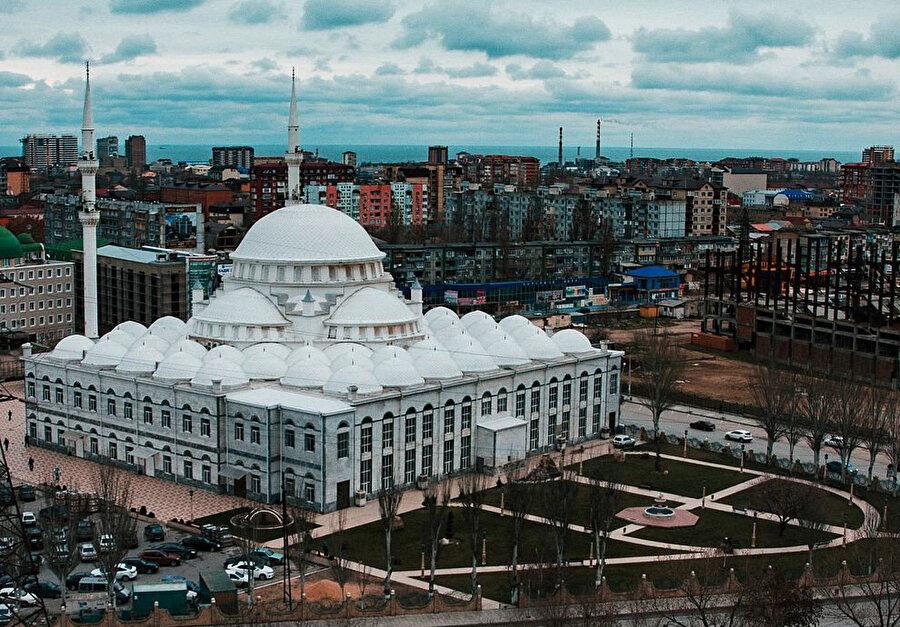 Sultan Ahmet Camisi örnek alınarak 1997 yılında inşa edilen Mahaçkale'deki Merkezi Cuma Camii veya diğer adıyla Yusuf Bey Camii.
