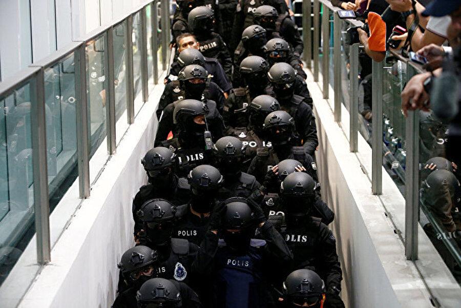 Kim Jong-nam suikasti zanlılarının cinayet mahalline götürülmesi sırasında polis yoğun güvenlik önlemi almıştı.