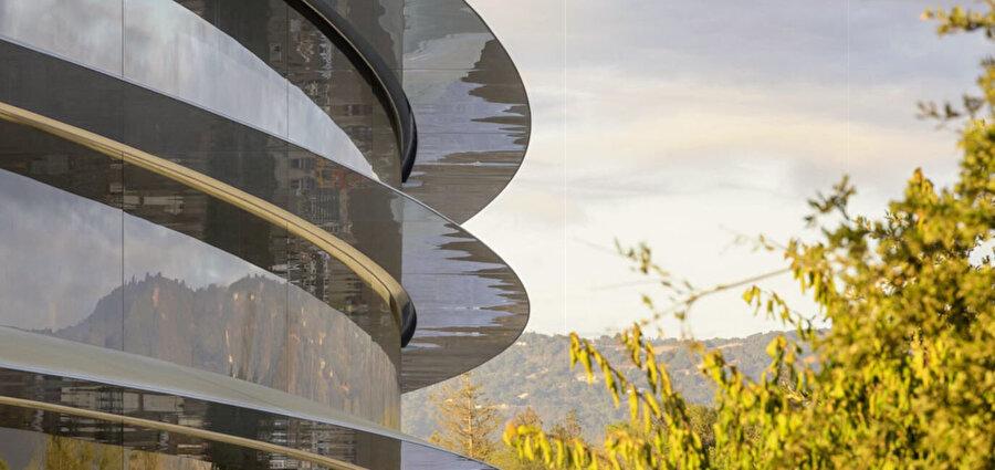 Apple Park'ın tamamen camla kaplı dış düzeyindeki kanopiler yağmur yağdığında hafifçe eğilerek suyun aşağıya rahat akmasını sağlıyor.