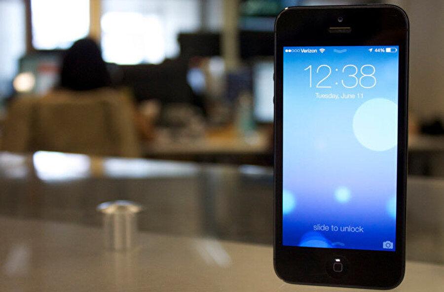 Apple Kamera uygulaması telefon kilitliyken kameraya hızlıca geçiş yapmaya iOS 7'den bu yana imkan veriyor.
