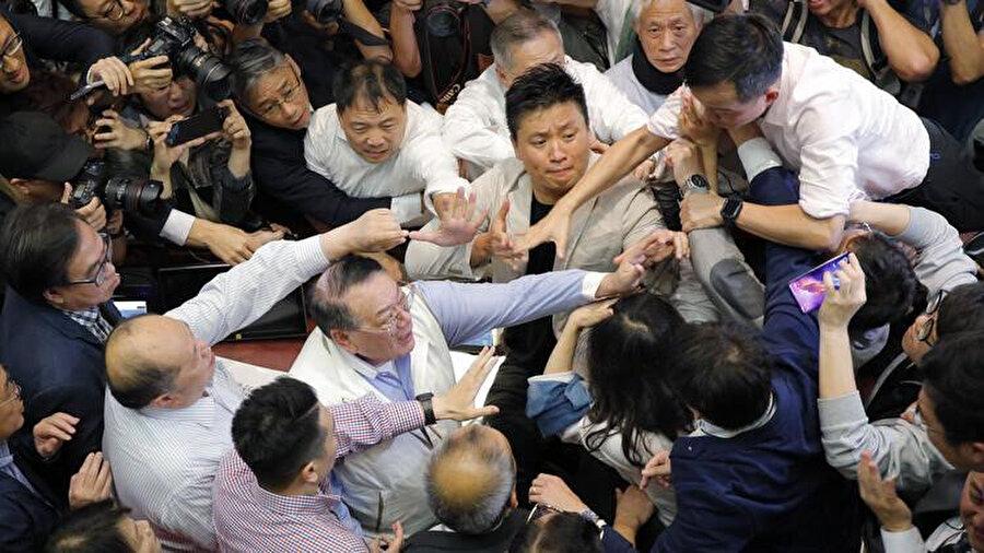 Hong Kong parlamentosunda, şüphelilerin yargılanmak üzere Çin'e gönderilmesine izin verecek biçimde yasal değişiklik yapılması görüşmeleri sırasında kavga çıktı.