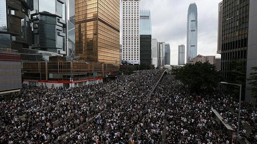 Göstericiler şehrin doğu-batı hattında ilerleyen önemli ana yollarından Lung Wo Road'un çevresinde toplandı.