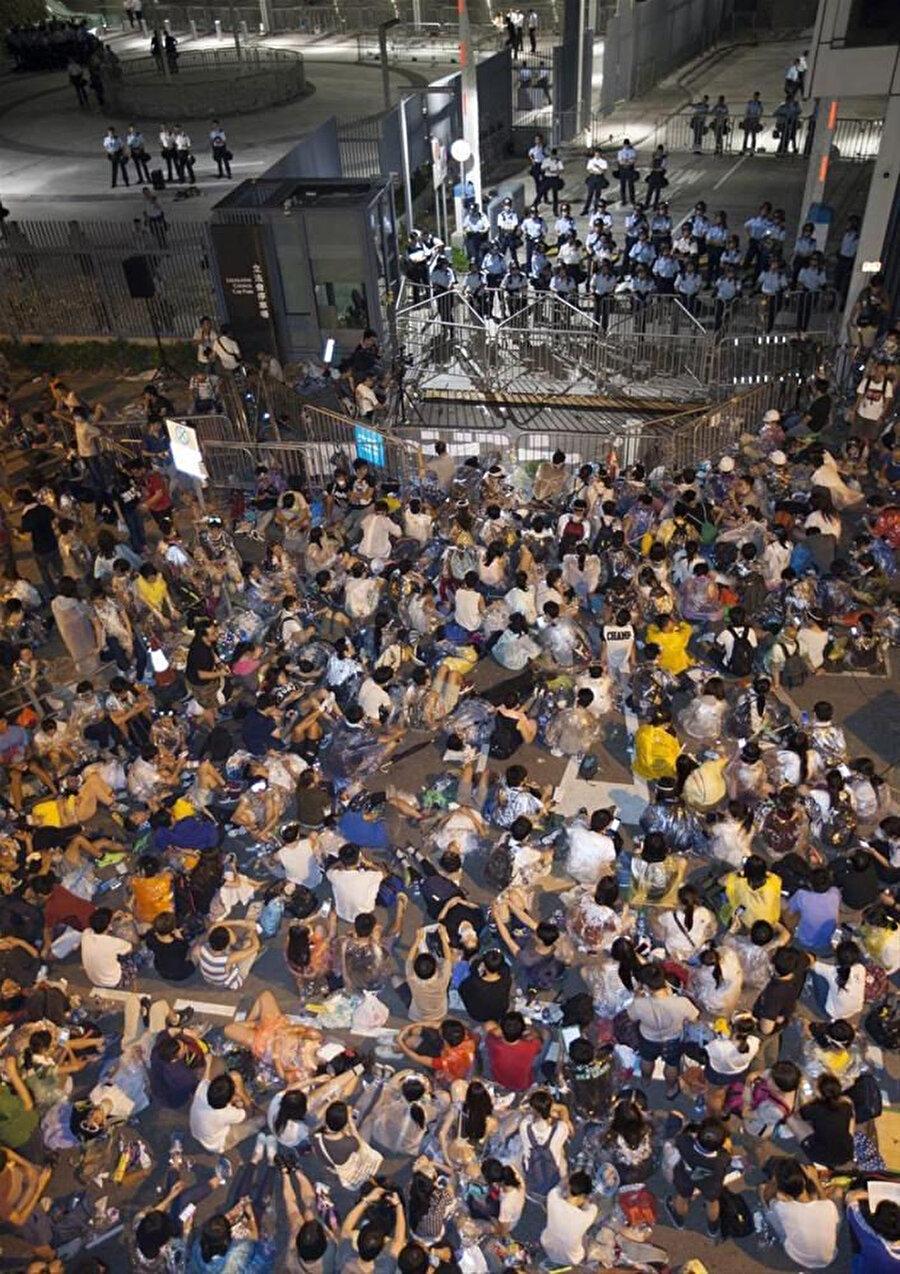 Oturma eylemi yapan göstericiler