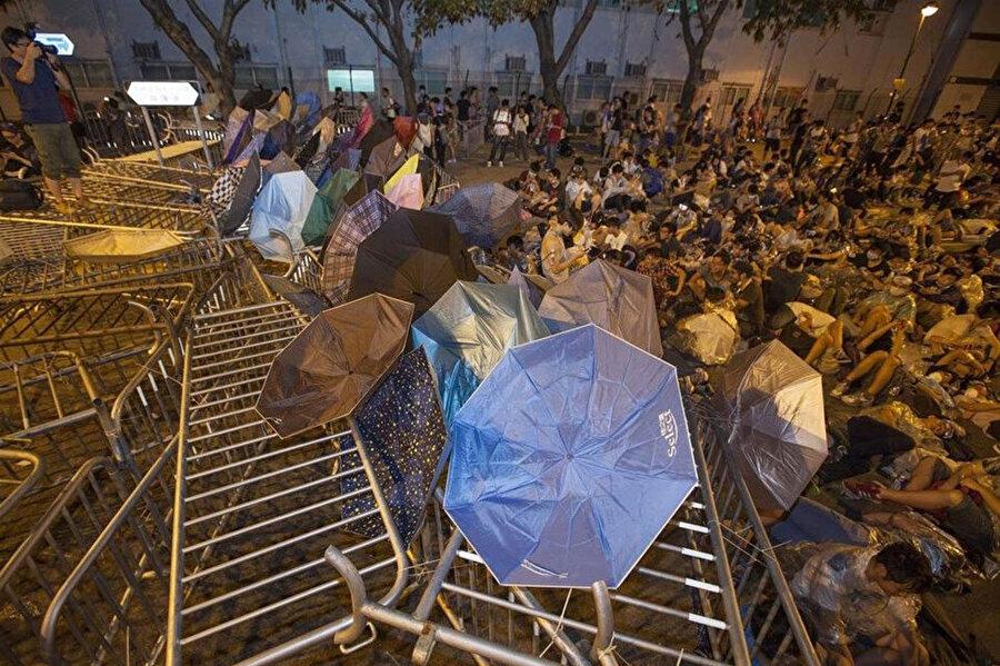 Pekin'in siyasi baskılarını protesto edenler, kentin finans merkezine giden yolları trafiğe kapatmıştı.