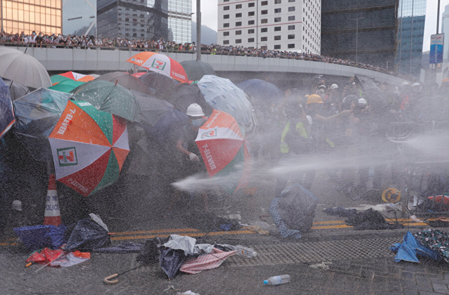 Polisler, göstericilere tazyikli suyla müdahale ediyor.