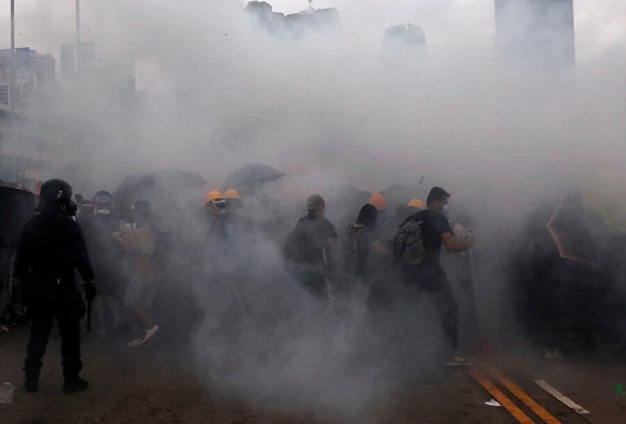 Zaman zaman gerginliklerin yaşandığı protestolarda polis biber gazı kullandı.
