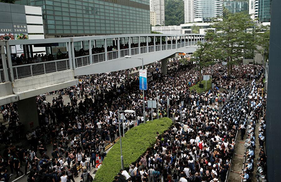 Bazı göstericiler meclis binasına girmeye çalıştı.