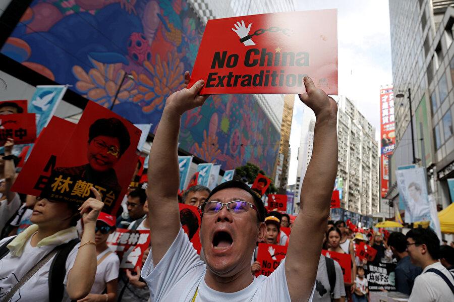 Göstericiler Çin karşıtı pankartlar taşıdı.