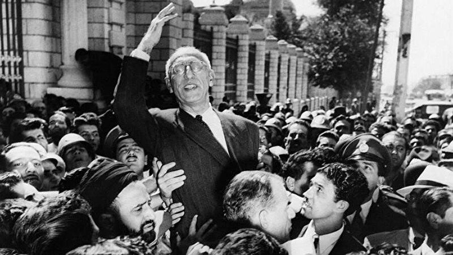 Ağustos 1953'teki ilk darbe girişimi, çalışma arkadaşlarının Musaddık'ı orduya teslim etmemesi sebebiyle başarısız olmuştu.
