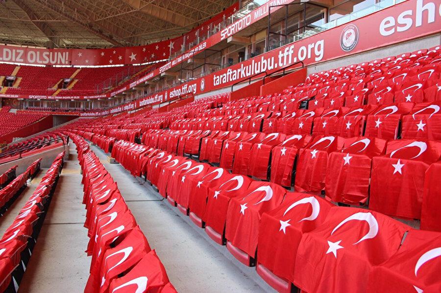 Yeni Eskişehir Stadyumu'nda koltuklar Türk bayraklarıyla kaplı.