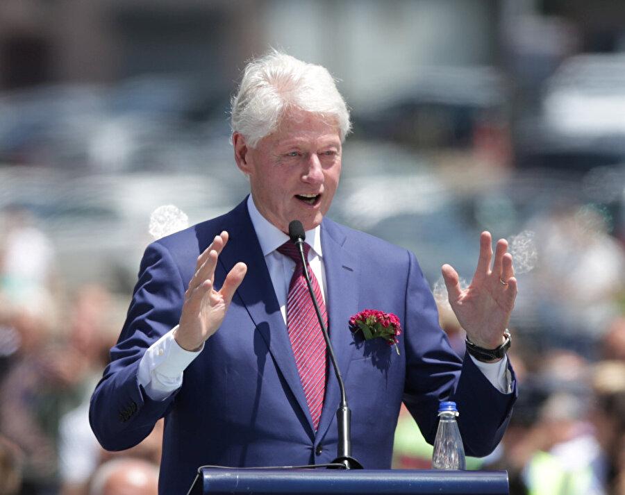 Bill Clinton konuşma yaptığı sırada görünüyor.