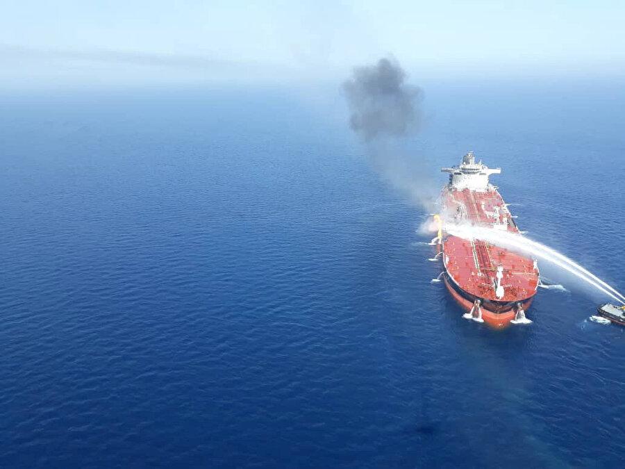Umman Körfezi'nde yanan geminin söndürülmesi