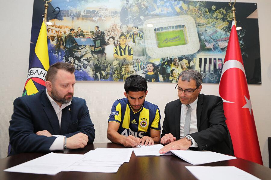 Genç futbolcu, kendisini Fenerbahçe'ye bağlayan mukaveleyi imzalıyor.