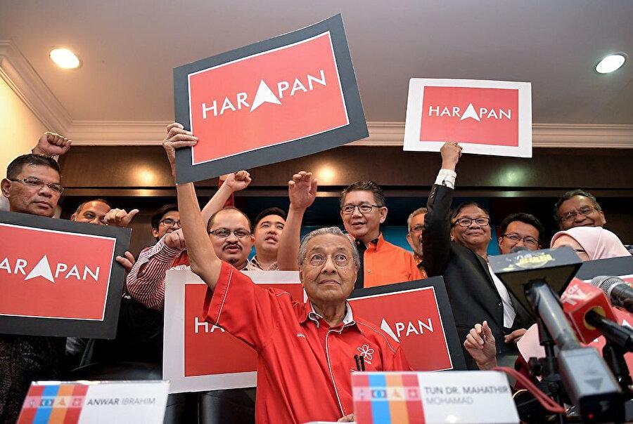 Başbakan Dr. Mahathir Muhammed, diğer Pakatan Harapan liderleriyle birlikte.