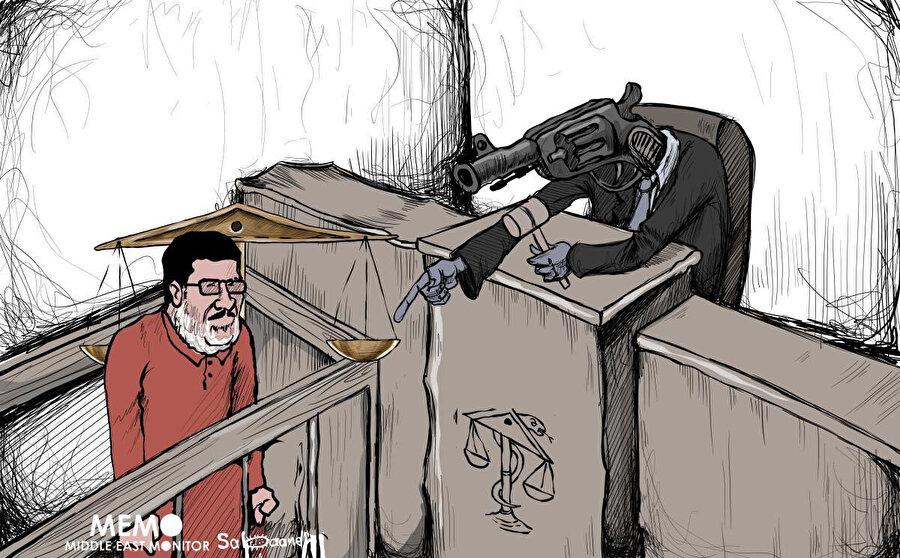 """Mursi'nin mahkeme salonunda """"öldürüldüğünü"""" vurgulayan bir karikatür. (Middle East Monitor)"""