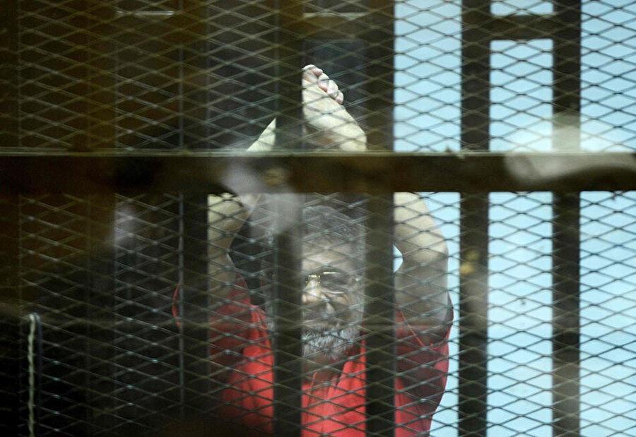 Mursi, mahkeme boyunca parmaklılar arkasında tutuluyordu.