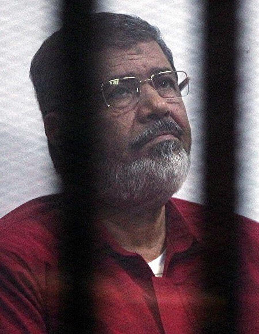 """Mursi'nin 2015 yılında """"casusluk""""la suçlandığı dava sırasında çekilmiş bir fotoğrafı."""