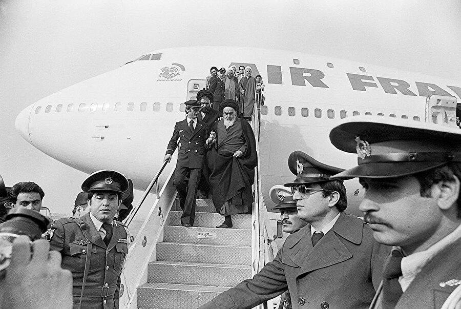 15 yıllık sürgünün ardından, 1 Şubat 1979'da Humeynî İran'a döndü.