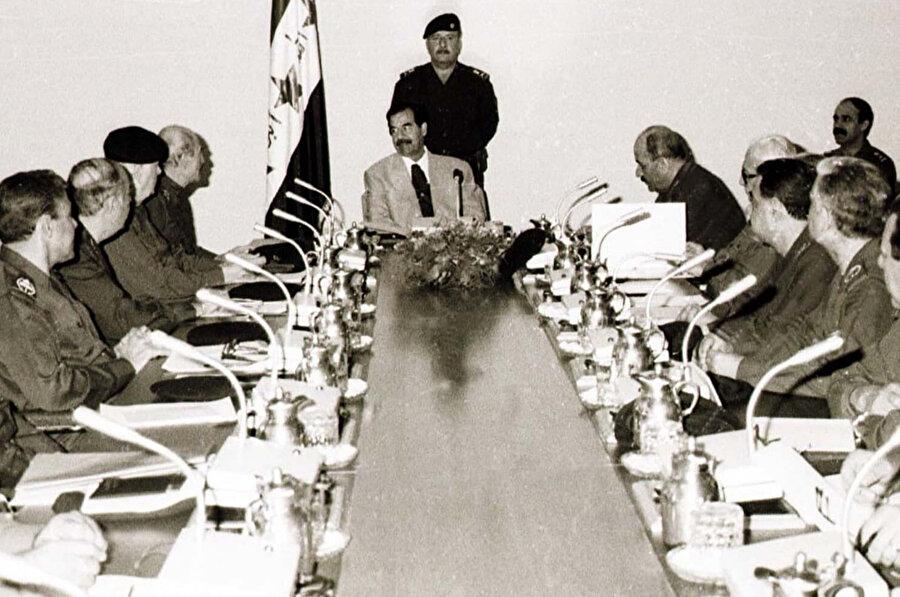 Irak Cumhurbaşkanı Saddam Hüseyin, Devrim Komutanlığı Konseyi'nin ortak toplantısına ve iktidardaki Baas Partisi'nin 31 Ekim 1998'deki bölgesel kuvvet komutasına başkanlık ediyor. (Reuters).