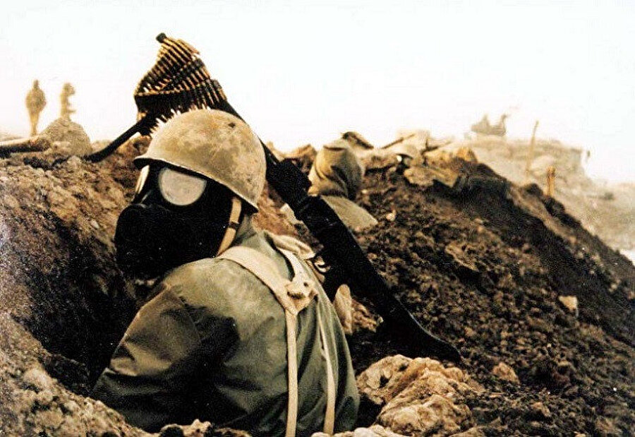 Kimyasal silah saldırıları sebebiyle maske takan asker.