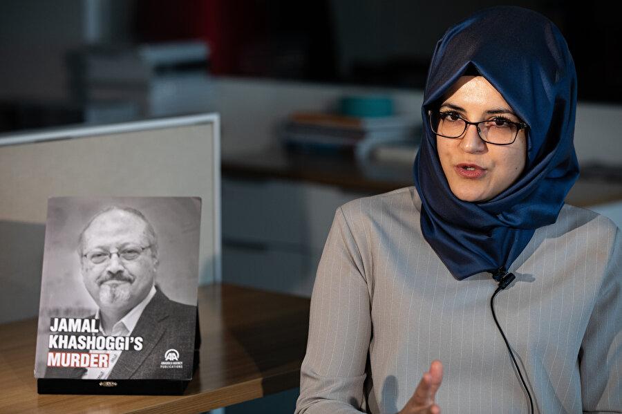Gazeteci Cemal Kaşıkçı'nın nişanlısı Hatice Cengiz mülakat verdiği sırada görünüyor.
