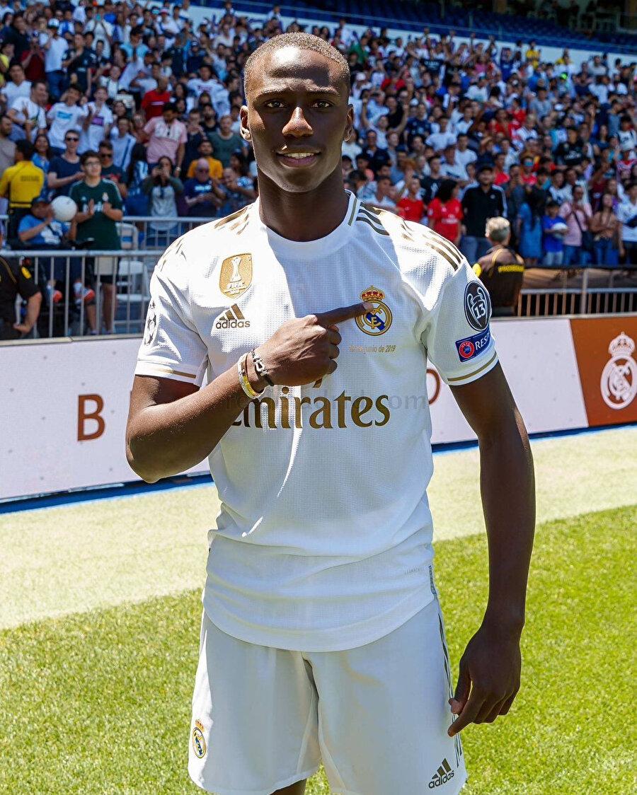 Ferland Mendy, Real Madrid formasıyla ilk pozunu veriyor.
