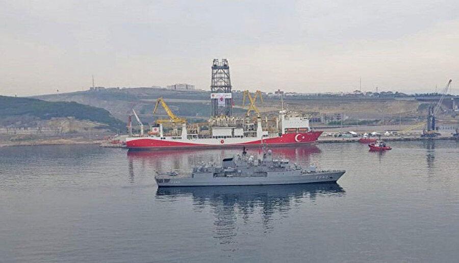 Doğu Akdeniz'e doğru yol alan Yavuz sondaj gemisine, Türk Deniz Kuvvetlerine ait TCG FATİH Fırkateyni refakat ediyor.