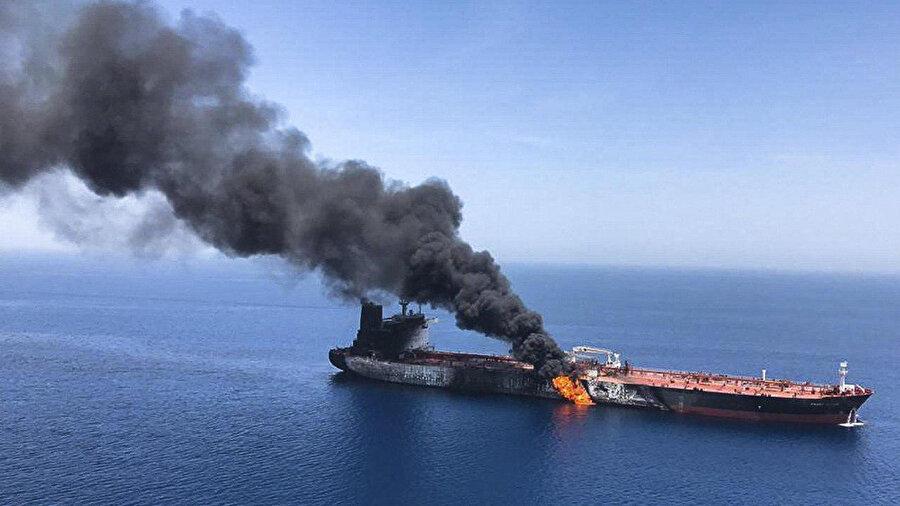 Umman Körfezi'nde yanan gemi