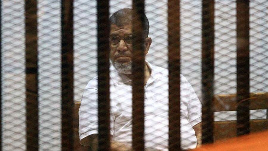 Mursi'nin cezaevinde kaldığı süre boyunca işkence olarak nitelendirilebilecek muamelelere tabi tutulduğu düşünülüyor.