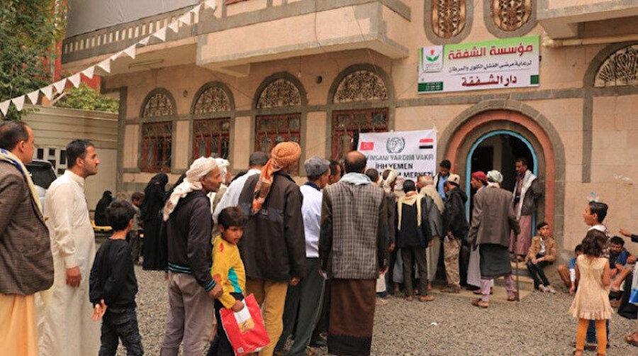 İHH, Yemen'e yardım ulaştırıyor.
