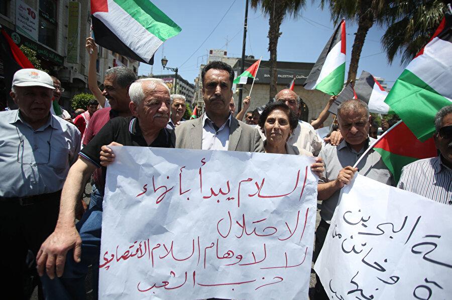 Protestocu gruplar ellerindeki pankartlarla meydanlara döküldü. -AA
