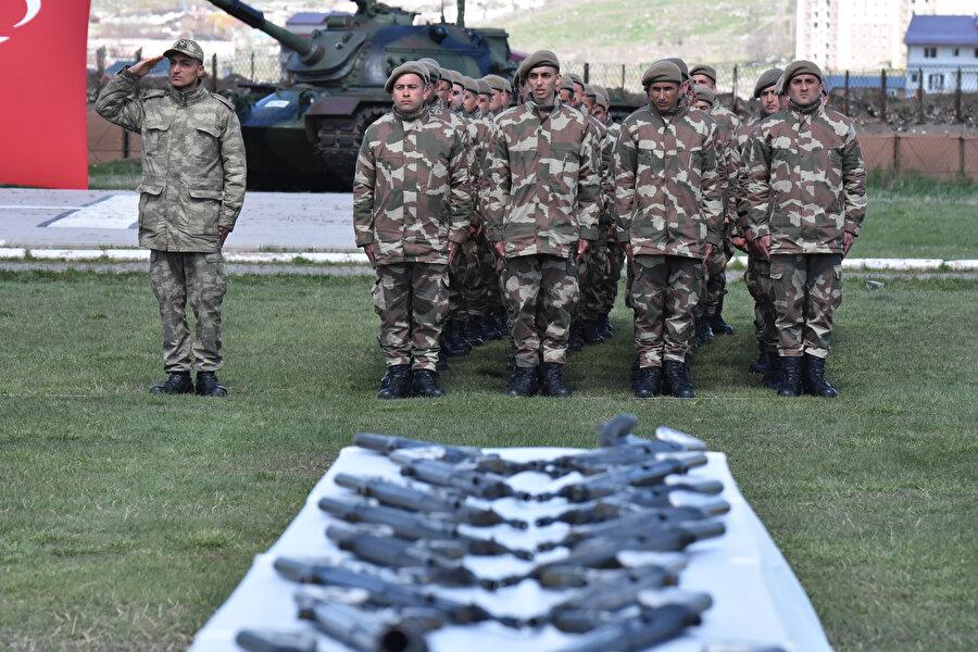 Askerler, yemin töreni öncesi görünüyor.