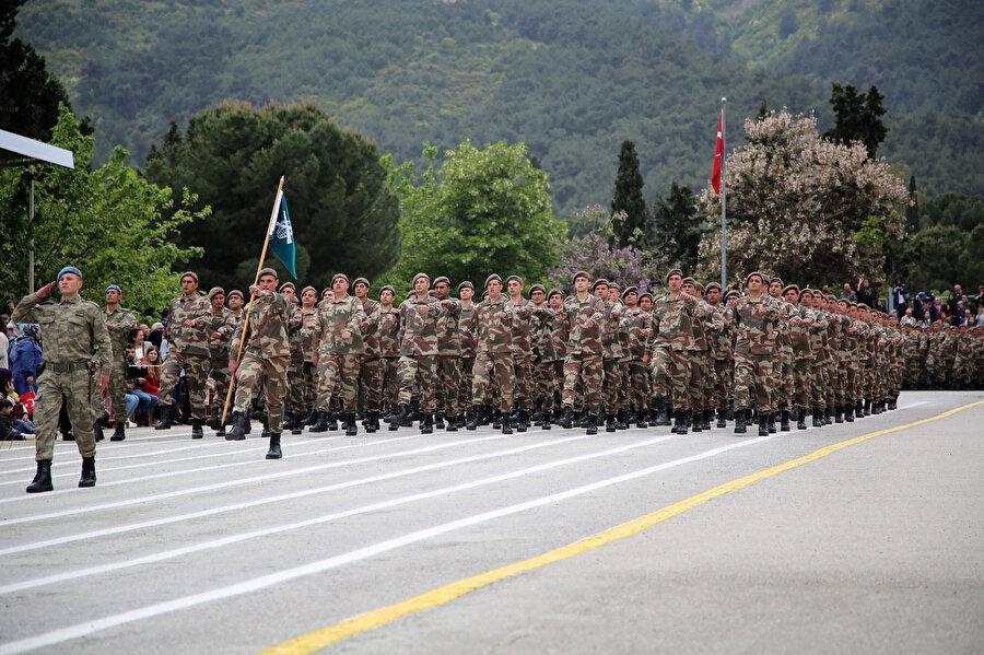Askerler yürüyüş yaptıkları sırada görünüyor.