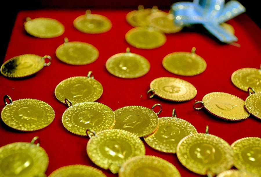 Kapalıçarşı'da çeyrek altınlar böyle sergileniyor.