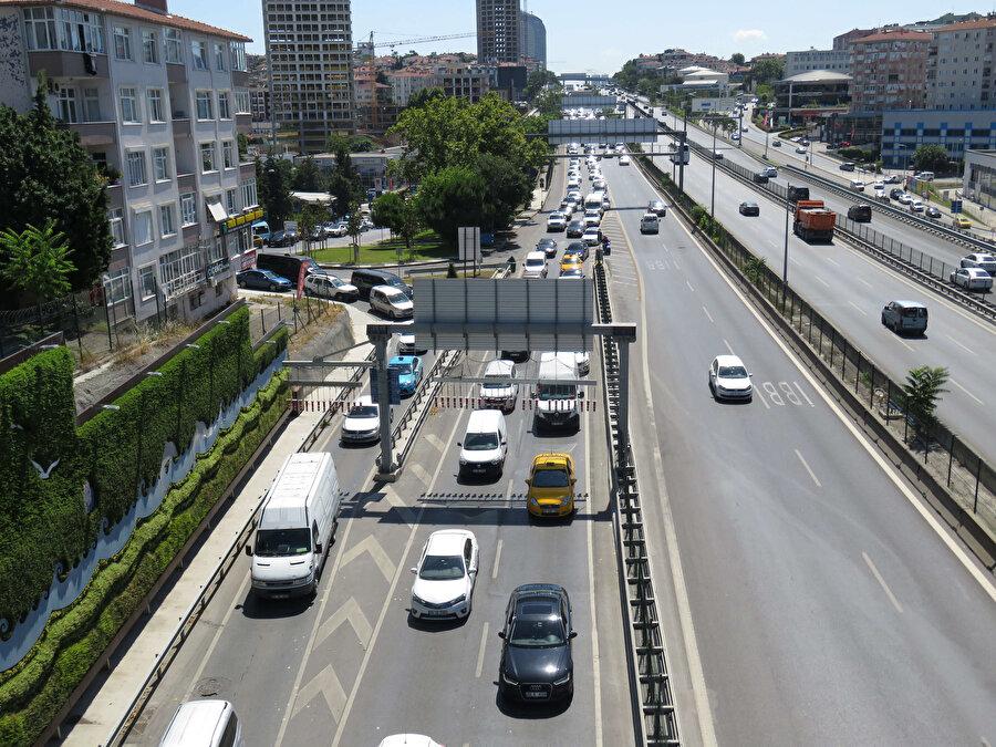 Köprü bakım çalışmaları nedeniyle trafikte yoğunluk yaşandı. -DHA