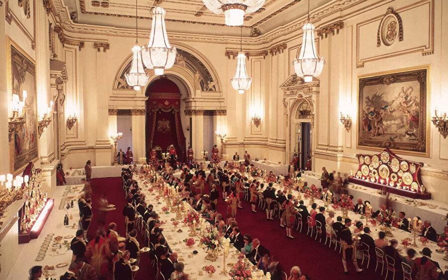 Sarayın 19 odası, Windsor Kalesi'nin tamir masraflarını karşılamaya destek olsun diye, 1992'deki yangından sonra her yaz halka açılmaya başlandı
