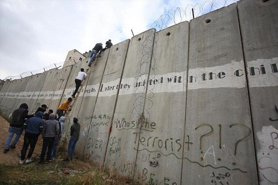 Ayrım Duvarı, 40 yaşının altındaki Filistinlilerin Mescid-i Aksa'ya girişinin önündeki en büyük engel.