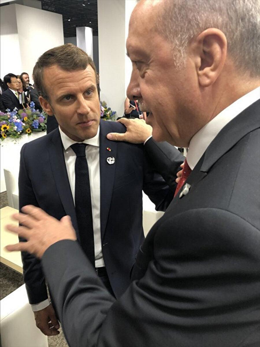 Fotoğrafta Macron'un Cumhurbaşkanı Erdoğan'ı dinlerken oldukça gergin olduğu görülüyor.
